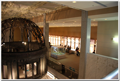 平和記念資料館内の原爆ドームを別角度から