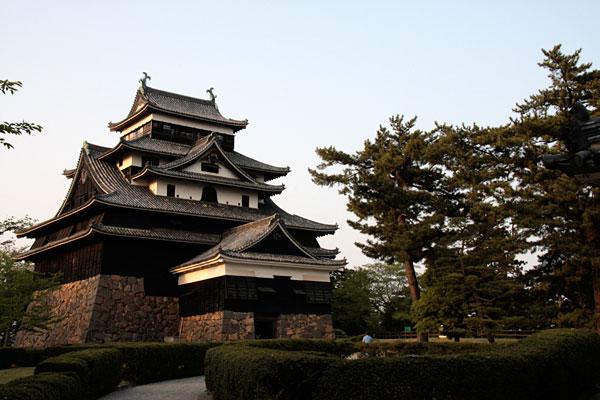 松江城の天守です。文化財保護法が施行されるまでは、「国宝」でしたが現在は「国の重要文化財」です。国宝にしようと署名運動などの市民運動が展開されています。