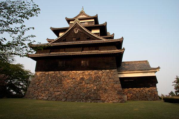 松江城の天守を西側から見上げます。天守の入口部の「付櫓」の奥行きが確認できます。