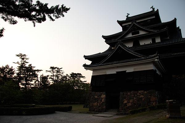 松江城の天守を南東から見るとこんな感じです。日が落ちて若干暗めの写真ですが、渋さが増してカッコイイです♪
