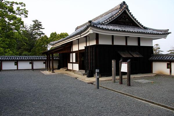 この「太鼓櫓」は「中櫓」と一部の塀と共に2001年に復元されたものです。