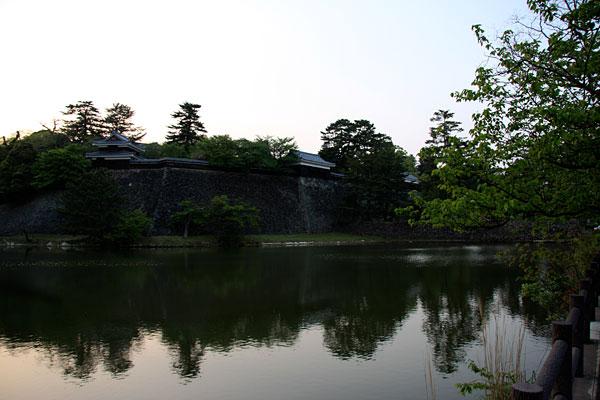 内堀の南側から眺めると内堀越しに左から「南櫓」「中櫓」「太鼓櫓」を一望することができます。