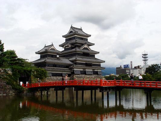 「埋の橋」越しに見る松本城の天守