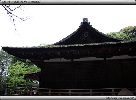 拝殿を妻側から見る〜宇治上神社