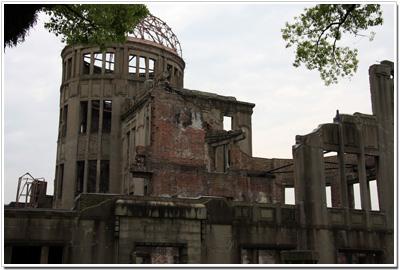 廃墟と化した原爆ドーム002