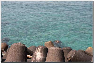 透き通るエメラルドグリーンの海
