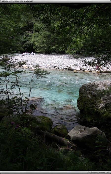 上高地の自然研究路から見る梓川