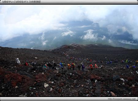 須走口登下山道から登ってくる人々